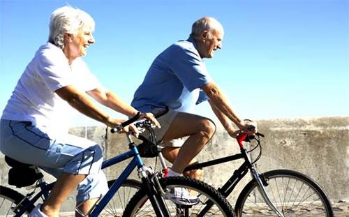 Idosos-andando-de-bicicleta